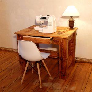 Handgemachter Arbeitstisch aus Kiefernholz